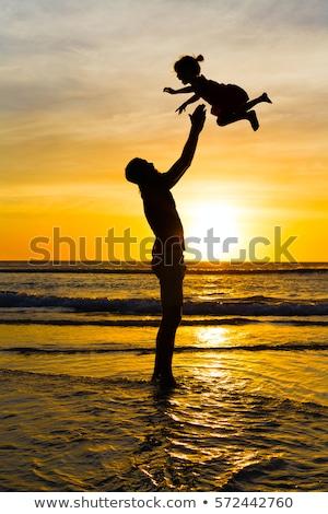 Boldog apa lánygyermek szórakozás felfelé levegő Stock fotó © Lopolo