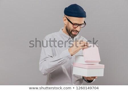 Blij jonge kaukasisch man geschenkdoos Stockfoto © vkstudio