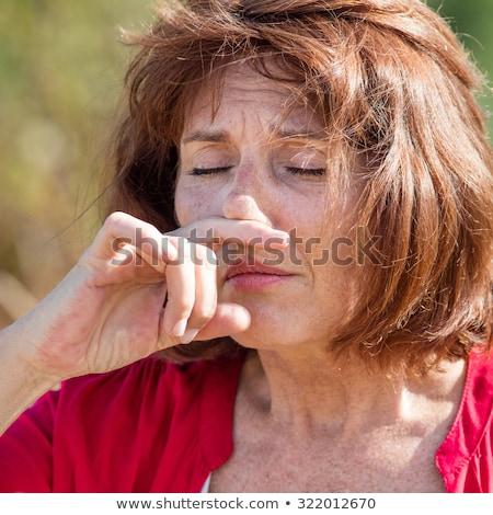 シニア 女性 アレルギー 花粉 鼻をかむ 屋外 ストックフォト © FreeProd