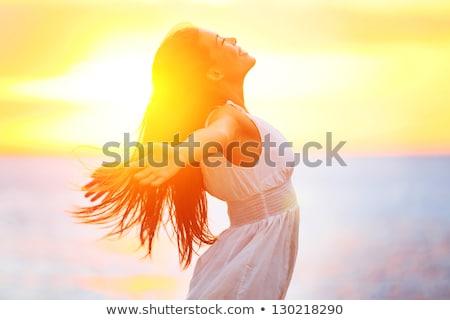 gyönyörű · nő · élvezi · virágmező · naplemente · százszorszép · mező - stock fotó © stokkete