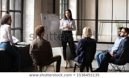 Jeunes chef d'équipe présentation groupe collègues s'asseoir Photo stock © boggy