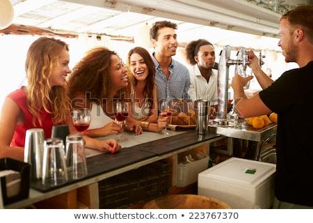 Kadın arkadaşlar konuşma bar barmen içmek Stok fotoğraf © robuart