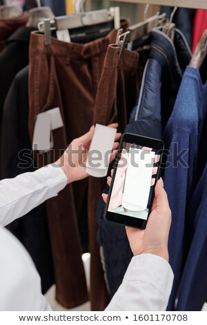 Kezek bolt asszisztens okostelefon elvesz fotó Stock fotó © pressmaster