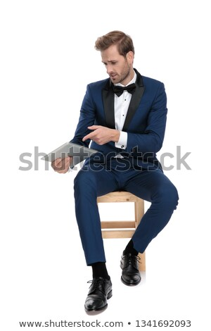 Elegancki człowiek niebieski kostium wskazując notatnika Zdjęcia stock © feedough