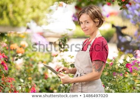 Jonge positief vrouwelijke bloem verkoper tablet Stockfoto © pressmaster