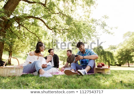 Vrienden smartphones picknickdeken vriendschap recreatie technologie Stockfoto © dolgachov