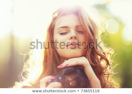 Młodych piękna kobieta fotograf obraz spaceru ulicy Zdjęcia stock © deandrobot