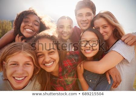 Grupo adolescentes olhando câmera sorrir adolescente Foto stock © ambro