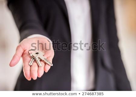 Corretor de imóveis escritório teclas propriedade mulher Foto stock © HighwayStarz