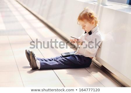 Kid chaussures téléphone étage Photo stock © fuzzbones0