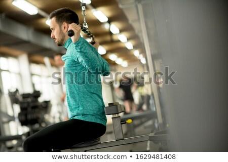 Jonge man oefening triceps gymnasium knap spier Stockfoto © boggy