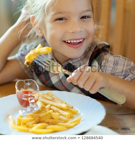 Dziewczynka jedzenie frytki dziewczyna żywności tle Zdjęcia stock © photography33
