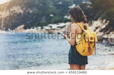путешественник рюкзак глядя телефон путешествия Сток-фото © dashapetrenko
