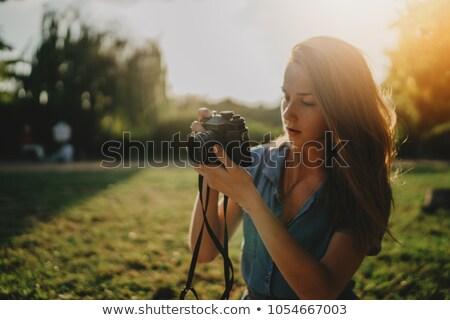 piękna · młoda · kobieta · fotograf · spaceru · Fotografia · ulicy - zdjęcia stock © deandrobot