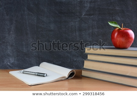 aula · pizarra · libros · plumas · manzana · manzana · roja - foto stock © illia