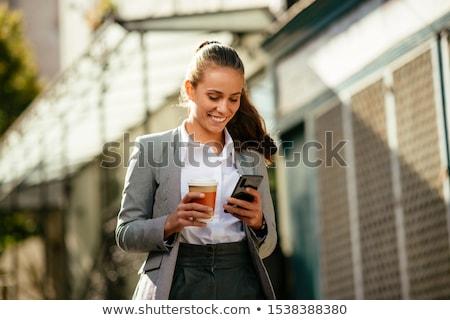 jonge · zakenvrouw · smartphone · lopen · stad · jonge · vrouw - stockfoto © adamr