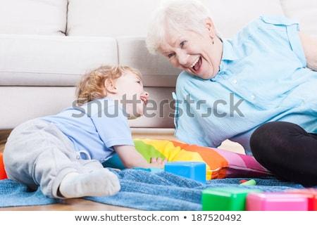 Großmutter spielen Enkel Tabelle Sitzung Teddybär Stock foto © IS2