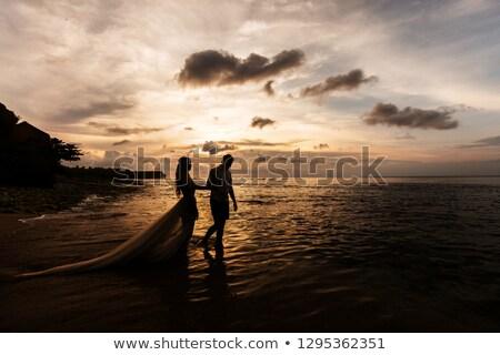 menyasszony · tart · virágcsokor · tengerpart · fiatal · felnőtt · női - stock fotó © iofoto