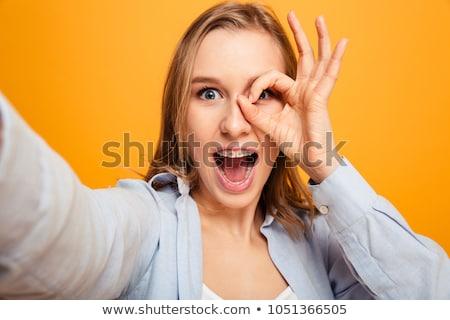 Boldog mosolygó nő fogszabályozó mutat ok kézmozdulat Stock fotó © dolgachov