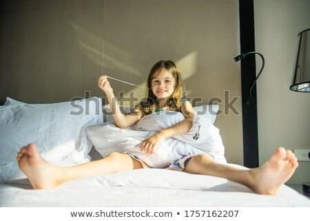 Grande little girl brincadeira sofá mulher diversão Foto stock © IS2
