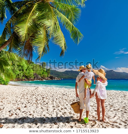 famille · heureuse · jouer · gonflable · balle · plage · famille - photo stock © photography33