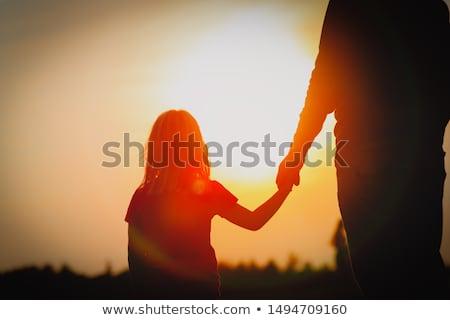 padre · madre · tenere · bambino · mare · tramonto - foto d'archivio © Paha_L