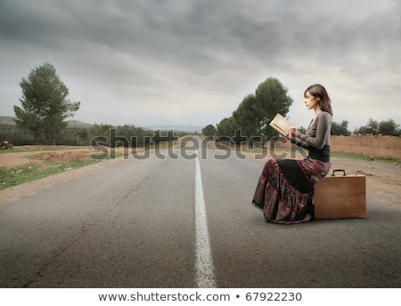 vrouw · lezing · koffer · mooie · jonge · vrouw · vakantie - stockfoto © piedmontphoto