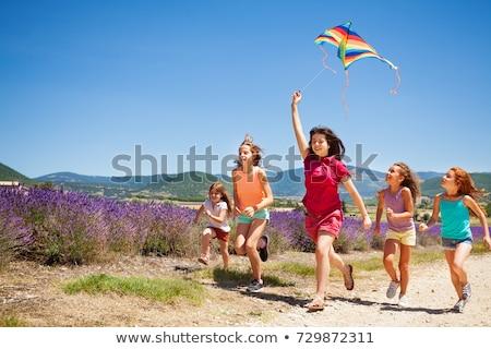 Arkadaşlar uçan uçurtma kadın adam çift Stok fotoğraf © IS2