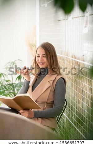 Glücklich jungen Studenten Lesung stellt fest Schönschreibheft Stock foto © pressmaster