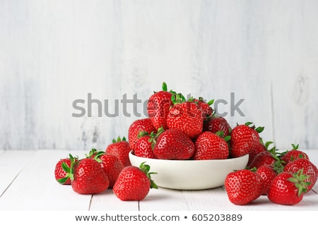 çanak taze çilek beyaz ahşap masa Stok fotoğraf © saralarys