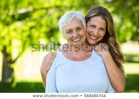 Foto stock: Madre · hija · stand · hierba · nina · mujeres