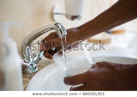 Człowiek nadzienie szkła dotknij wody Zdjęcia stock © nito