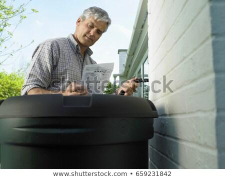 Homem leitura instruções quintal trabalhando em pé Foto stock © IS2