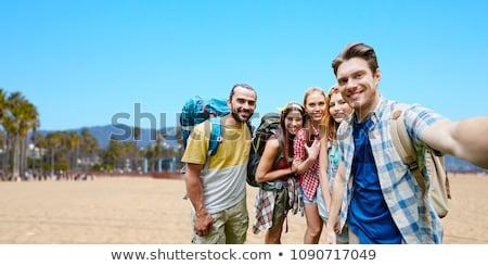 boldog · barátok · elvesz · okostelefon · tengerpart · nyár - stock fotó © dolgachov