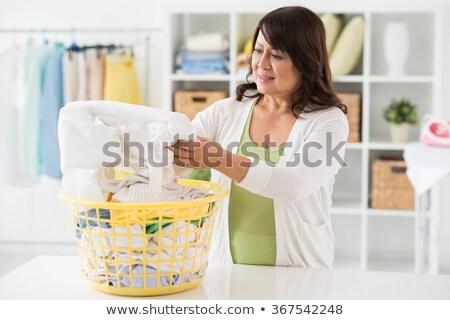 女性 · 調べる · シャツ · 洗濯物かご · 若い女性 · 白 - ストックフォト © wavebreak_media