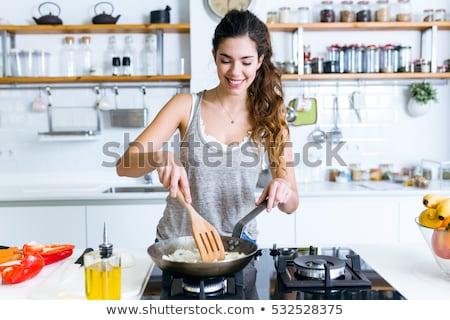 Jonge vrouw koken vegetarisch eten keuken meisje voedsel Stockfoto © juniart