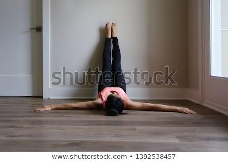 Benen omhoog muur fundamenteel vrouw Stockfoto © kentoh