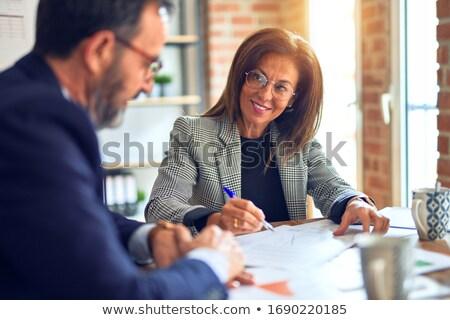 Vállalati találkozik szemtől szembe mindkettő tart iratok Stock fotó © stockyimages