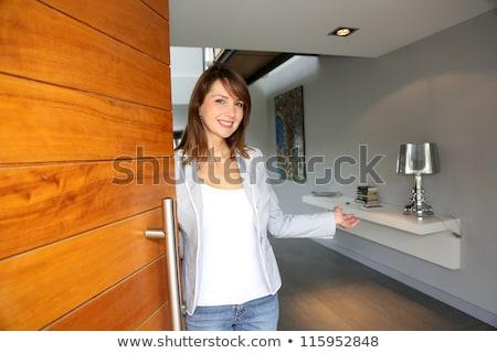 Kobieta otwarcie przednie drzwi działalności pracy domu Zdjęcia stock © photography33