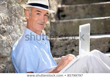 Aposentados homem stonewall laptop parede rua Foto stock © photography33