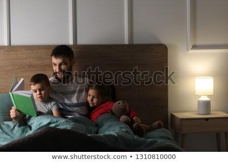 Feliz padre lectura historia hija dormitorio Foto stock © Lopolo