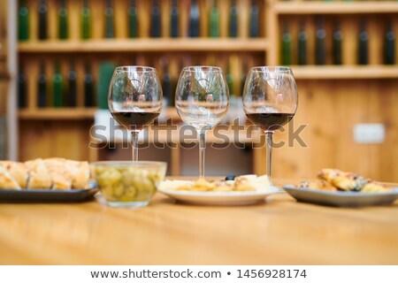 vino · tinto · aperitivos · bordo · vino · queso - foto stock © pressmaster
