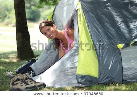 Mulher jovem cabeça fora tenda paisagem jovem Foto stock © photography33