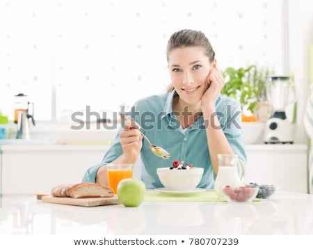 adulto · mulher · olhando · vidro · fresco · suco · de · laranja - foto stock © wavebreak_media