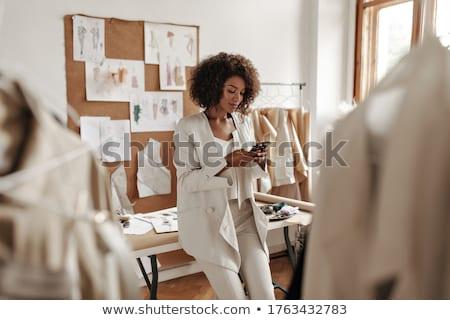 Női designer dől próbababa mosolyog néz Stock fotó © deandrobot
