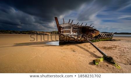 hajóroncs · part · naplemente · tenger · nap · mögött - stock fotó © chris2766