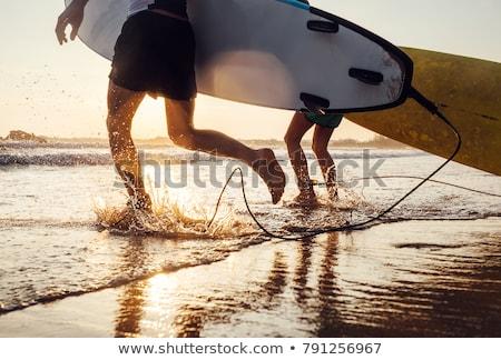 Boldog férfi szörfös szörfözik tábla fut Stock fotó © deandrobot