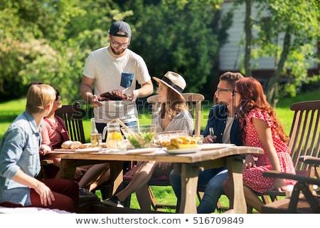 Tienermeisjes picknicktafel jeugd vrouwelijke vriendschap buitenshuis Stockfoto © IS2