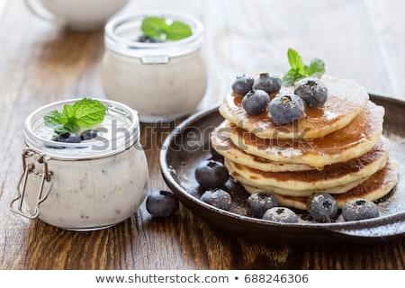 Pannenkoeken cake yoghurt bosbessen klein aardbeien Stockfoto © Melnyk