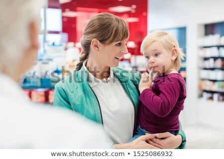 Mãe filha farmácia contrariar falante experiente Foto stock © Kzenon